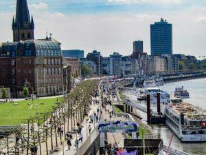 Promenade am Fluss in Düsseldorf als eine der Deutschland Sehenswürdigkeiten