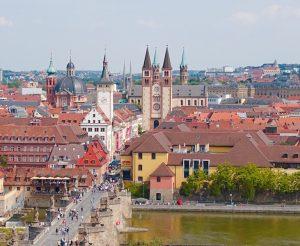 Blick auf Fluss und Altstadt von Würzburg