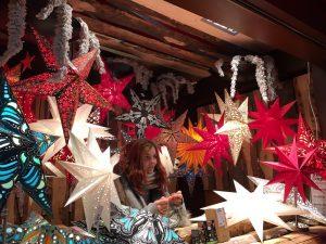 Sterne am Stand auf dem Weihnachtsmarkt Köln