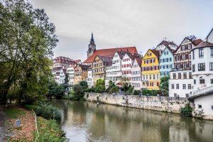 Blick auf bunte Häuser am Fluss in Tübingen