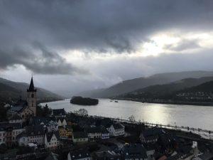Das Rheintal mit Fluss und dunklen Wolken