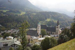 Berchtesgaden umgebe von Wald und Hügeln als tolles Reiseziel in Deutschland