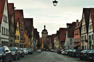 Straße mit Häusern und Autos in einem der schönsten Orte Deutschlands