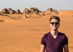 Person vor den Meroe Pyramiden in der Wüste im Sudan