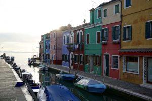 Burano Insel bei Venedig mit bunten Häusern am Wasser