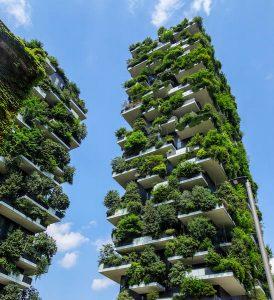 Hochhaus voller Pflanzen in Mailand