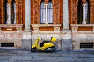 Vespa in der Straßen Mailands