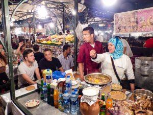 Bei den Essensständen auf dem Djemma el-Fna Platz Marrakesch