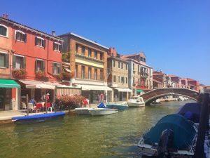Murano mit bunten Häusern und Kanal