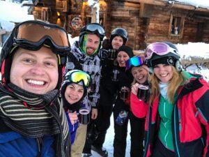 Blogger Gruppe beim Skifahren am Wilden Kaiser