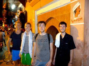 Vier Personen vor einem traditionellen Hamam, was einer meiner Marokko Urlaub Tipps ist