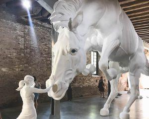 Kunst bei der Arti Biennale in Venedig