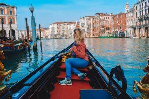 Frau in Gondel fährt auf Kanal