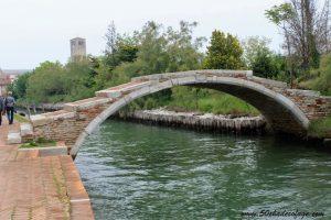 Die Torcello Brücke über einem Fluss