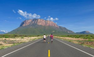 Weite Straße in Kenia