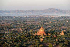 Blick vom Ballon auf die Tempel von Bagan