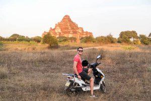 Auf dem Roller in Bagan Myanmar
