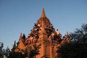 Voll besetzter Tempel in Bagan zum Sonnenuntergang