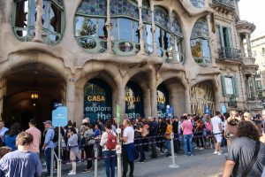 Busy crowds at the Gaudi house
