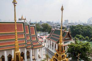 Blick auf goldene und rote Tempel und Bäume