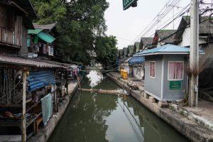 Die Kanäle in Bangkok mit Häusern