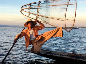 Fischer auf dem Boot am Inle See Myanmar