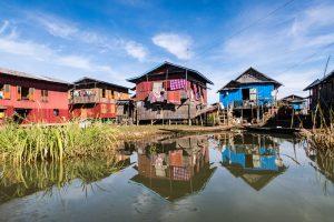 Bunte Häuser im See