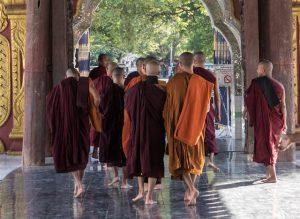 Mönche in den Tempeln von Mandalay