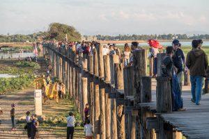 Auf der Brücke in Mandalay