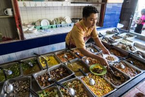 Myanmar Essen beim Backpacking, Frau am Buffet