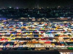 Bangkok Sehenswürdigkeiten: Der Nachtmarkt mit bunten Ständen