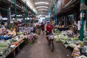 Der Blumenmarkt ist eine sehenswerte Attraktion in Bangkok, Mann auf Fahrrad im Markt
