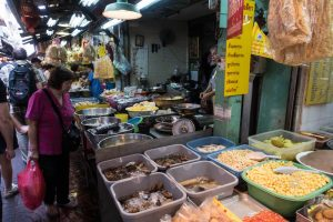 Markt mit Essen und Einheimischen