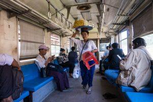 Einheimische im Zug