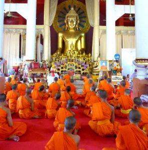 Mönche sitzend im Tempel