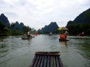 Bambus Floß auf einem Fluss
