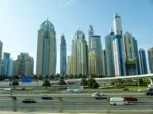 Hochhäuser und Straßen