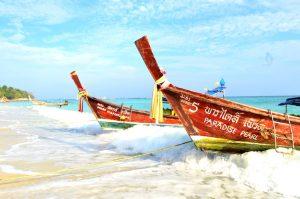 Strand in Südthailand mit Booten