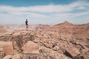 Person stehend auf Felsen in der Wüste