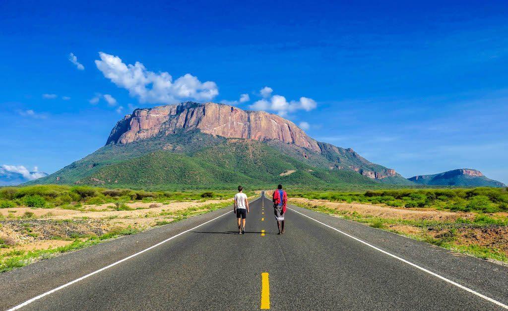 Straße mit Berg beim Kenia Backpacking