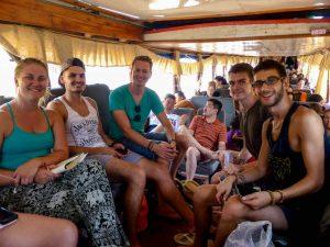 Mit anderen Reisenden auf dem Boot