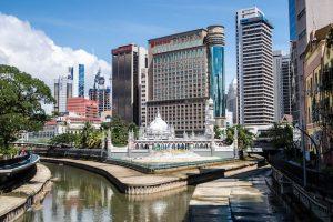 Blick auf Fluss und Hochhäuser in Kuala Lumpur
