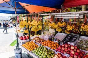 Straßenstand mit Obst in Brickfields Little India Kuala Lumpur