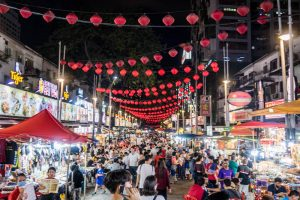 Straße bei nacht mit Essenständen und Lichtern