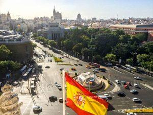 Blick auf die Skyline von Madrid mit Flagge
