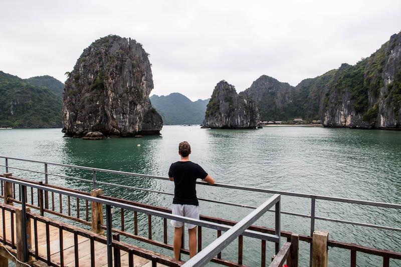 Blick auf Felsen von Vietnams Halong Bucht