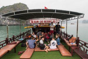 Boot mit Leuten bei der Halong Bucht Tour
