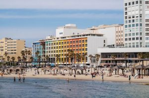 Buntes Haus an Strand Promenade von Tel Aviv