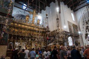 Menschen in der Geburtskirche in Bethlehem