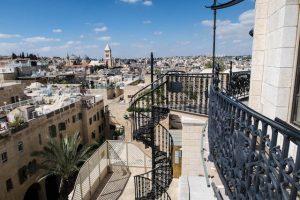 Oben auf der Hurva Synagoge einer der Jerusalem Sehenswürdigkeiten